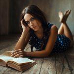 Что может завести больше чем сексуальная женщина с книгой (фото)