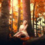 Сексуальные создания в осеннем лесу