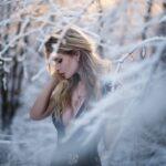 Жаркие и сексуальные блондинки в зимнем лесу
